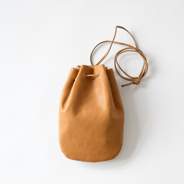 VEGETABLE HORSE LEATHER / DROP SHAPE POUCH S(巾着バッグ)(CAMEL)
