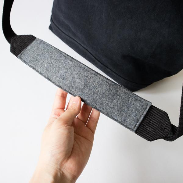 ショルダーパッドには肩への負担軽減と色落ちを防ぐ為にリサイクルフェルトを使用