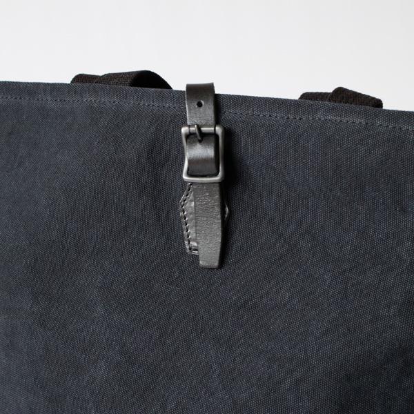 開口部のレザーベルトは、ベジタブルタンニン鞣しの革を使用