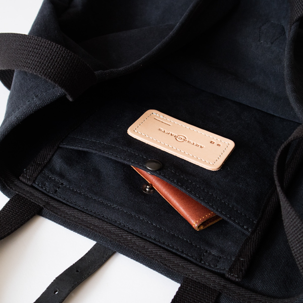 メインスペースには、口元をホックで留められるポケットが付いています。