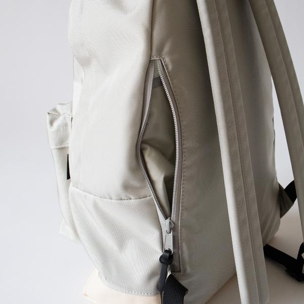 本体背面部分のファスナーは、内側のポケットと繋がっています。