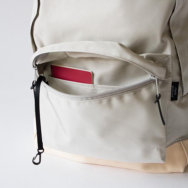 フロントポケットには、仕切り付きのポケットとキーフック付き
