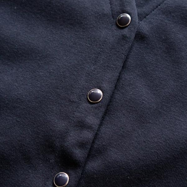 パールボタンは生地に馴染むように染色し、少しマットな色味に (NAVY)