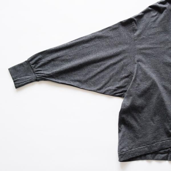 細めの袖口がスタイルを引き締めて良いバランス (GREY)