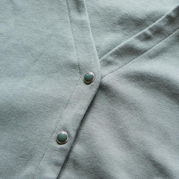パールボタンは生地に馴染むように染色し、少しマットな色味に (SMOKE BLUE)