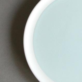 伝統的な有田焼の質感はそのままに、淡い色合いが食卓を彩ります