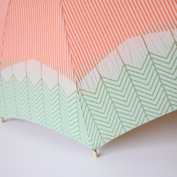 オレンジ色のストライプに、北欧デザインのような緑色のパターンが