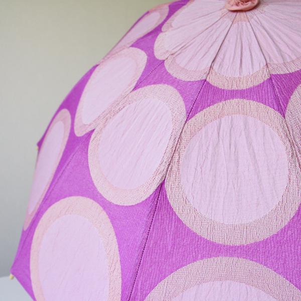 水玉の大きな円が元気な印象でありながら、赤紫の同系色の色合が大人っぽさも演出します