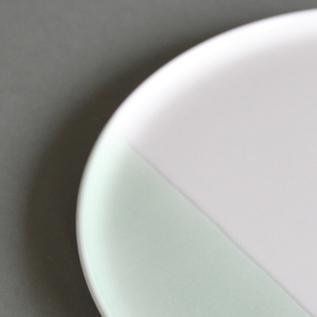 有田焼の質感はそのままに、淡い色合いが食卓を彩ります