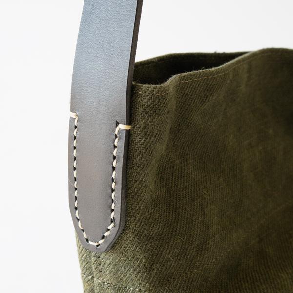 ベルトの縫い付けは手作業で行われています