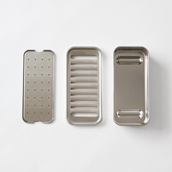 おろし金と受け箱、水切り板の3点がセットになっています。