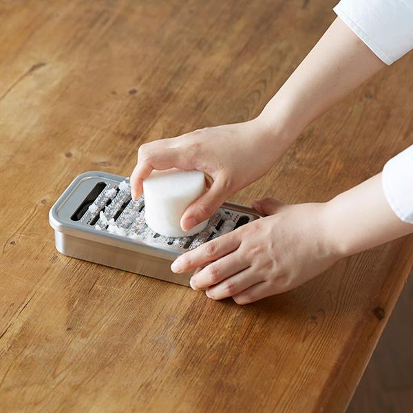持ち方1:おろし金を両側から挟んでおろす。