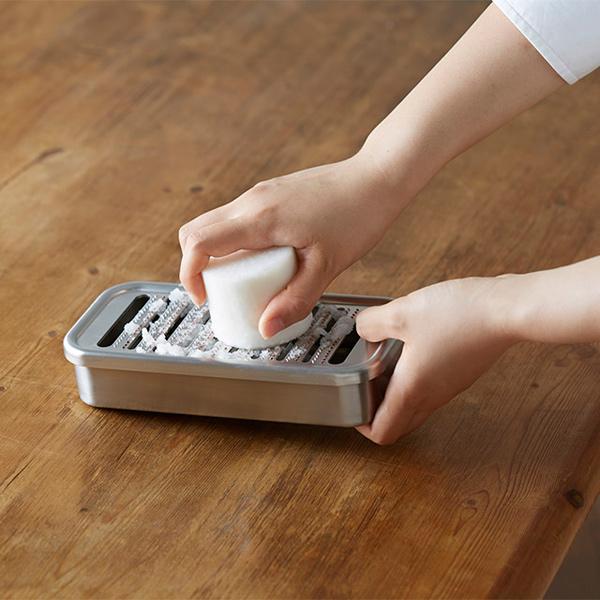 持ち方2:手前側を持ち上げ、底部の窪みと上面に指をかけます。