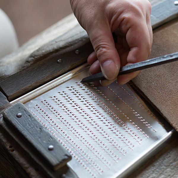 職人が一点一点金槌とタガネでカンカンと音を立てながら、銅板に刃を作っていきます。