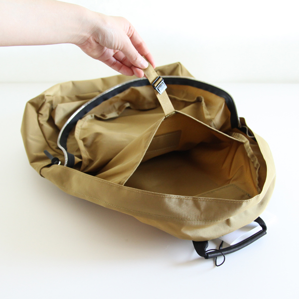 内側にもベルトで留められる小物用のポケットがあります