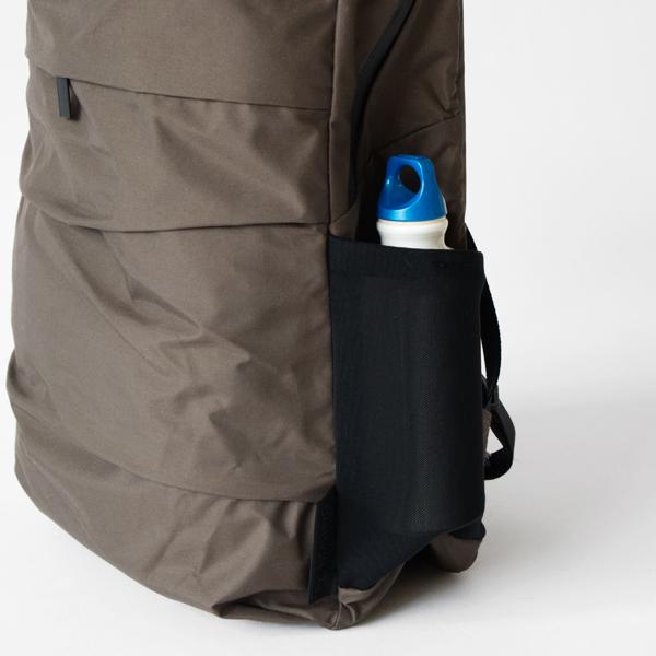 サイドポケットにはペットボトルや折畳み傘を入れておけるため便利(OE)