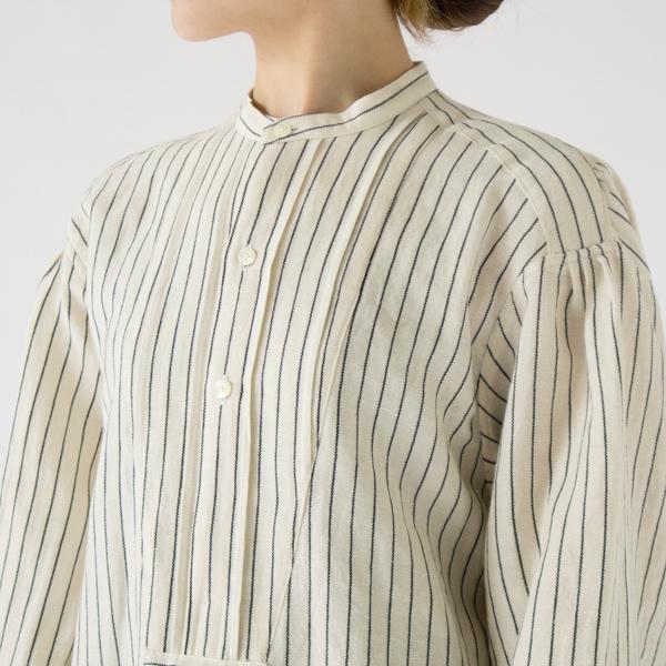 ひだのあるクラシカルなボサムシャツのデザイン(WHITE×NAVY)