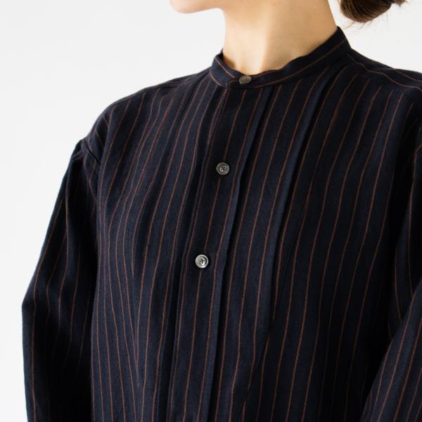 ひだのあるクラシカルなボサムシャツのデザイン(NAVY×BROWN)