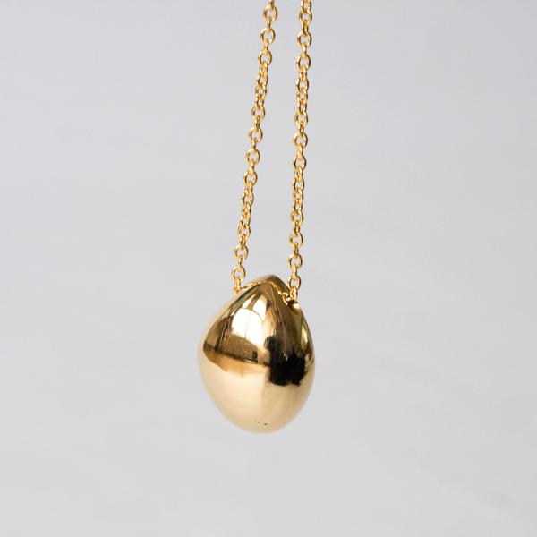 なめらかで非対称のアウトラインが黄金の天然石のよう(JN173056)