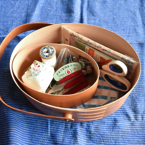 SWING HANDLE BOX(2)の中に、OVAL SHAKER BOX(1)を入れて、裁縫箱として