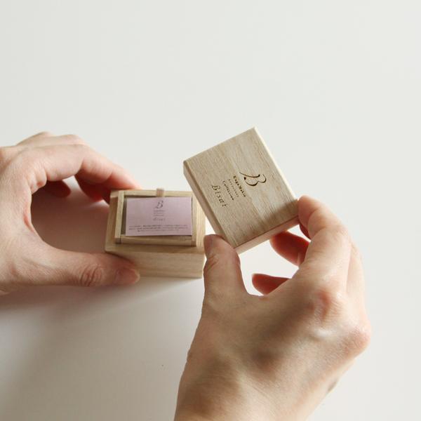 ギフトにもぴったりな小さな化粧箱に入っています
