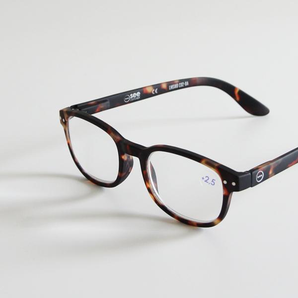 どんなお洋服にもコーディネートしやすくお洒落な方に贈りたい眼鏡です