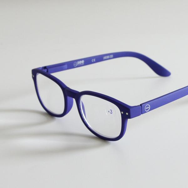 ブルー系のメガネは、顔まわりをすっきりと見せてくれます