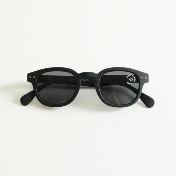 スタイリッシュかつ顔なじみが良いのが特徴のサングラス
