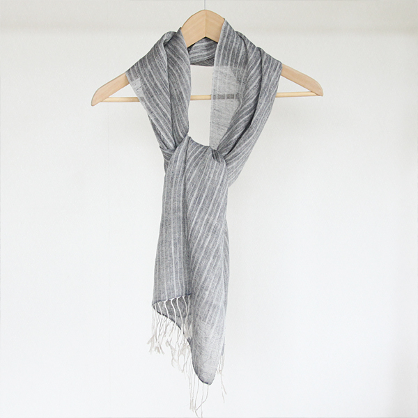 張りのあるリネンを風通しよくふんわりと織り上げています