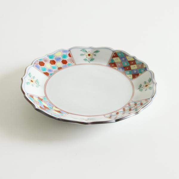華やかさを残しつつ、現代の食卓にも馴染むようなデザイン