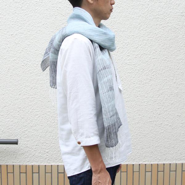 着用イメージ(男性にもおすすめな色合いのストールです)