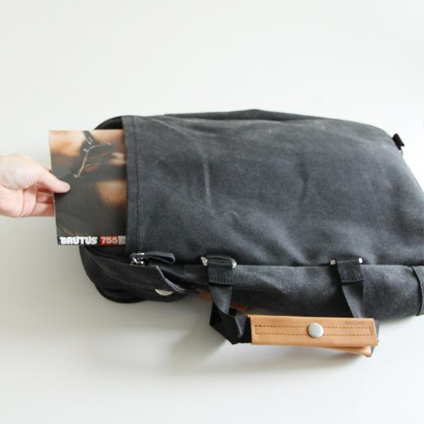 雑誌等もカバンを開けずに出し入れ出来てとても便利(Washed Black)