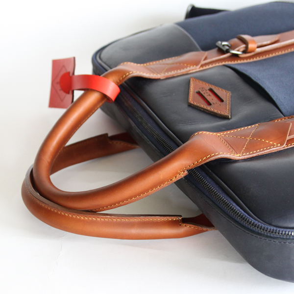 良質なレザーと高品質のワックスドコットンキャンバスを使用したバッグ