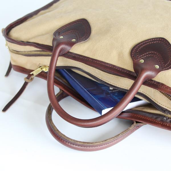 バッグ上部にはジップ付きポケットがあります