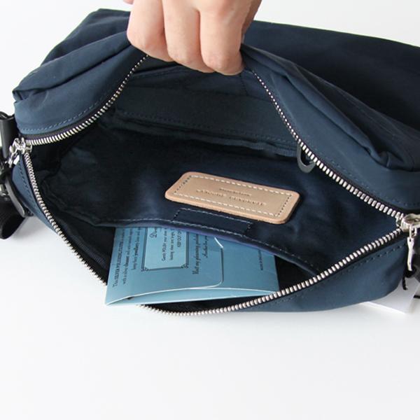 ベルクロ(マジックテープ)で留められる大ポケット