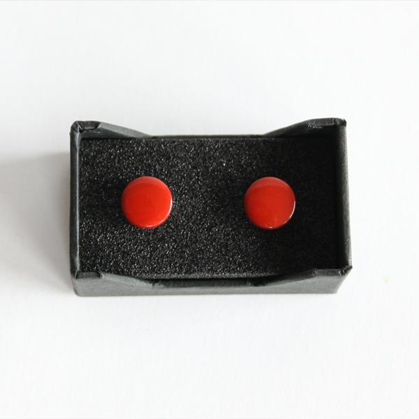 ボタンダウンシャツの衿先に、ピアス感覚で装着することができる新しい発想のアクセサリー