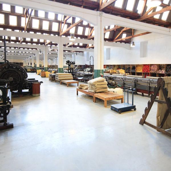糸が整然と並ぶ、ウール製造の現場