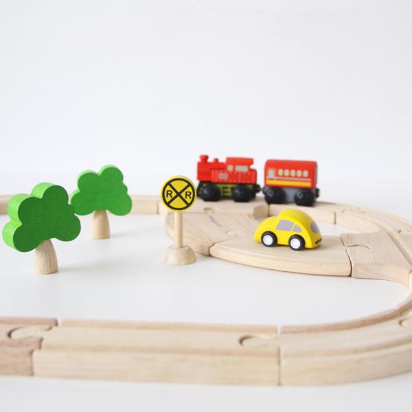 木製のレールを組み立てて遊ぶおもちゃ