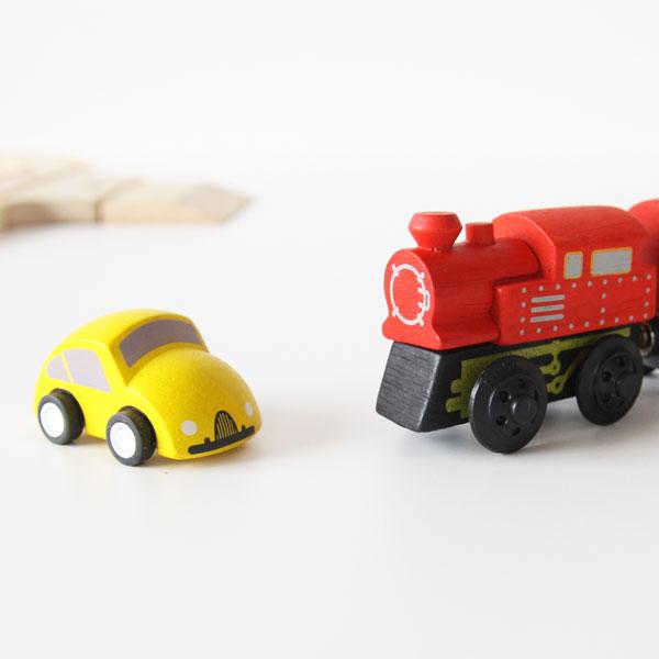 車と汽車も木製です