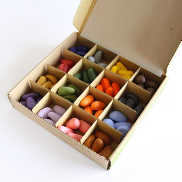 16色のクレヨンがそれぞれ4つずつ入ったセット