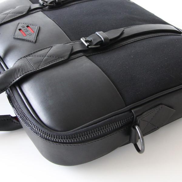 良質なレザーと高品質のキャンバスを使用したバッグ
