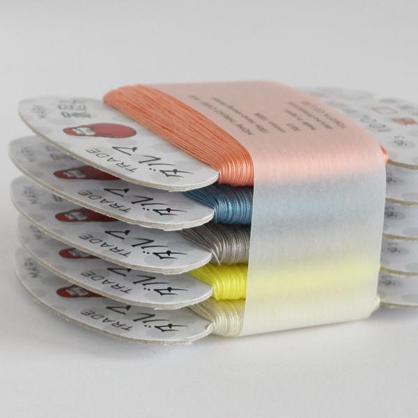 5色の縫い糸がセットになっています