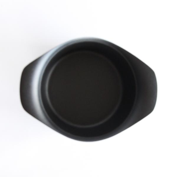 南部鉄器の重厚感と、美しいデザインを持ち合わせた鉄鍋です