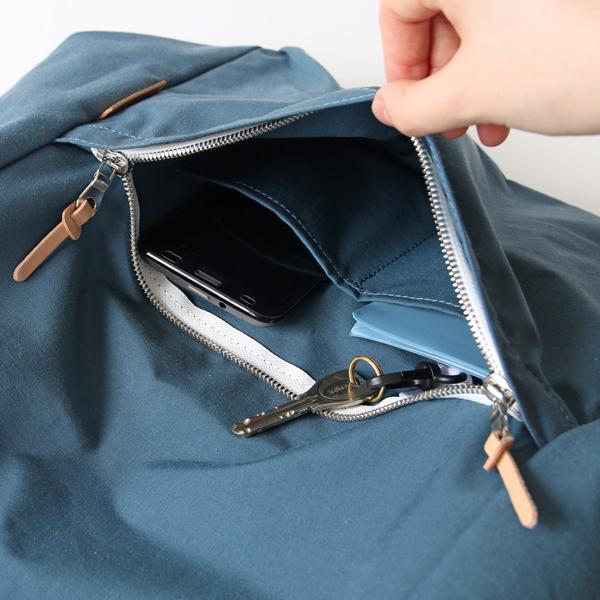 前面ファスナーの中は仕切りポケットが2つ、キーフックがついています
