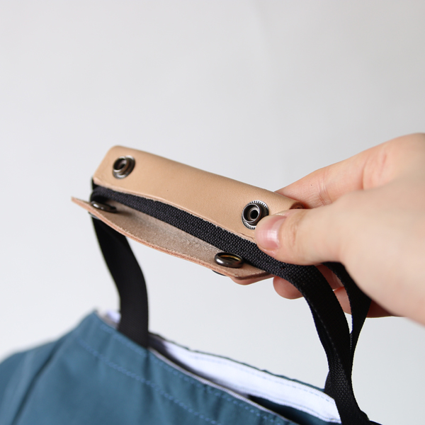 本革の持ち手は、スナップボタンでまとめられます