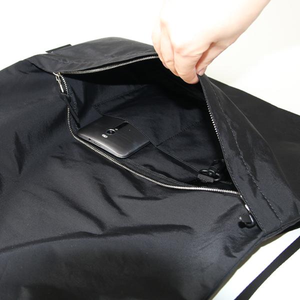 前面のファスナーの中には小さい仕切りポケットが2つ