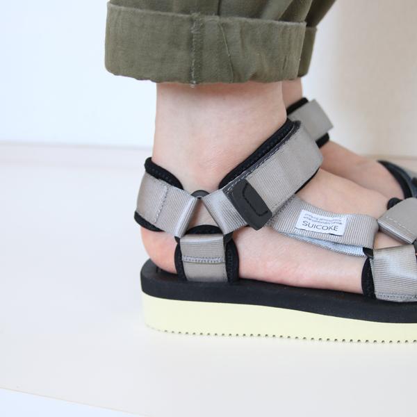 スエードレザーの踵パットで靴ずれしにくい作り