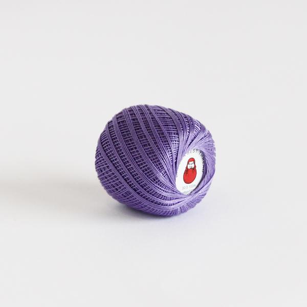 紙製の芯に、玉状に巻かれた可愛らしい縫い糸です