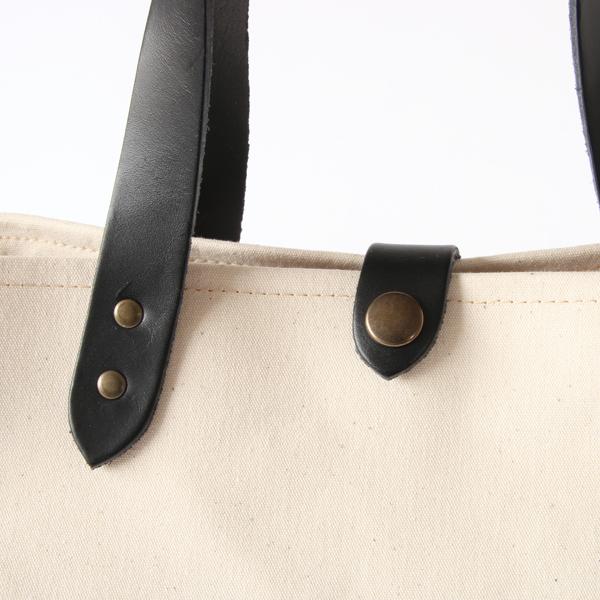 本革の持ち手と、味わいのある金属パーツ ※別色のWHITE