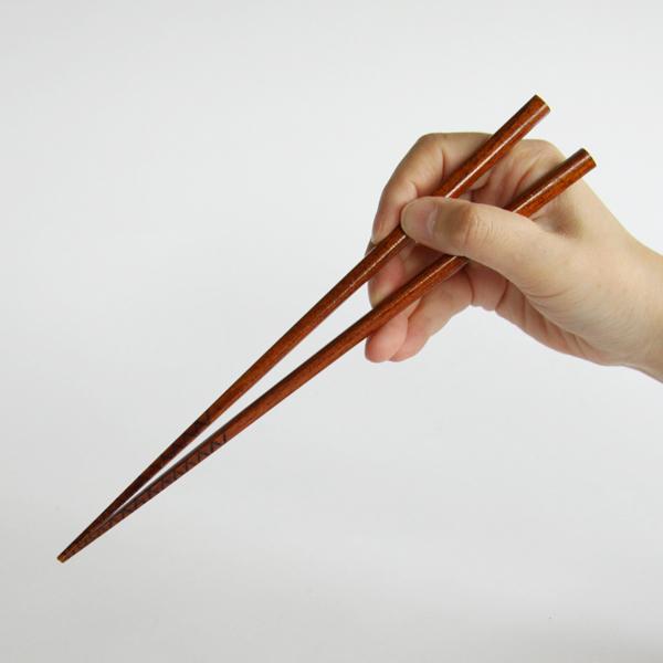 四角い形状で箸先に細かく溝を入れ、ラーメンを食べやすくした、ラーメンの箸